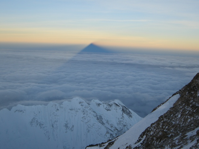 everest-casts-its-shadoow-sortly-after-dawn-from-just-below-the-south-summit-21-may